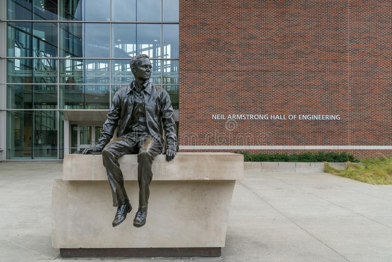 Neil Armstrong Sculpture e Neil Armstrong Hall da engenharia imagem de stock