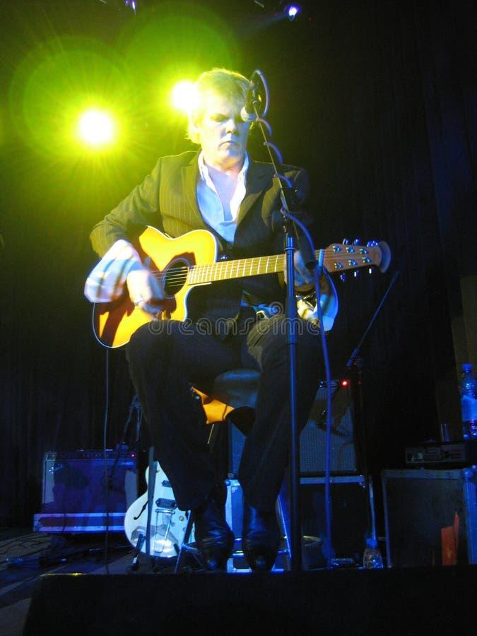 Neil Whitmore apoia Marc Almond na guitarra em Moscou imagens de stock