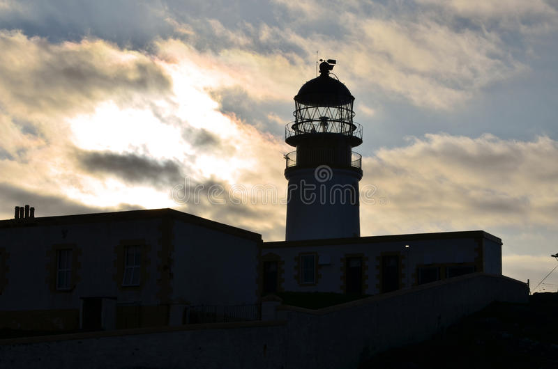 Neist-Punkt-Leuchtturm silhouettiert gegen bewölkte Himmel an der Dämmerung lizenzfreie stockbilder