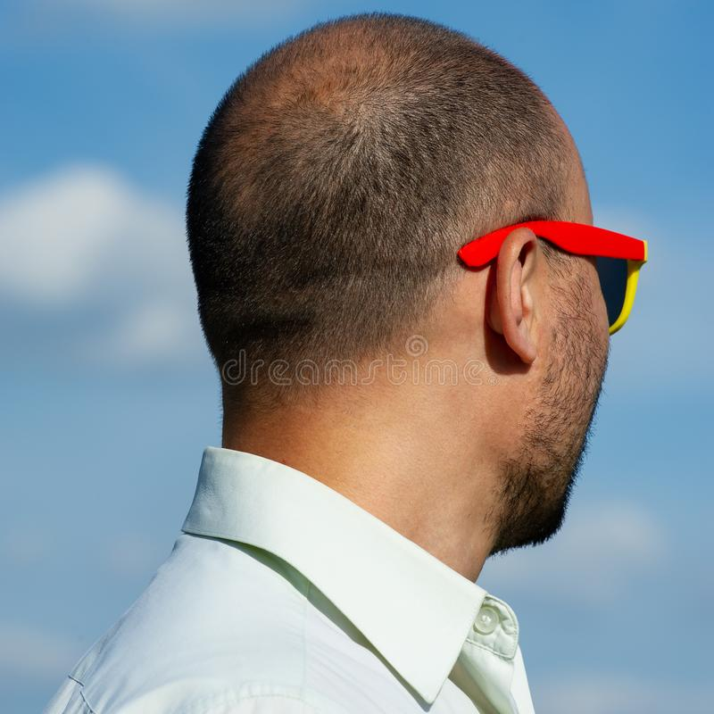 Nek van een rijpe balding mens tegen de hemel royalty-vrije stock foto
