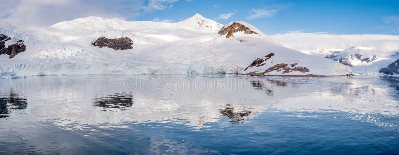 Neko港口全景有冰川和红色帐篷的在露营地 免版税库存图片