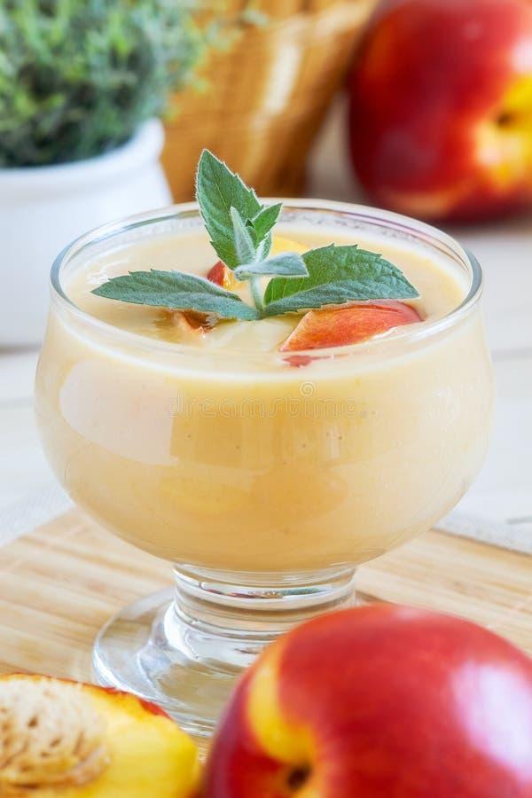 Nektarinsmoothie med yoghurt royaltyfri bild