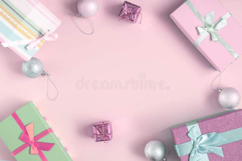 Nel centro è un fondo rosa-chiaro, un posto per l'iscrizione, derisione su Intorno a ci sono pigne, palle di Natale immagini stock