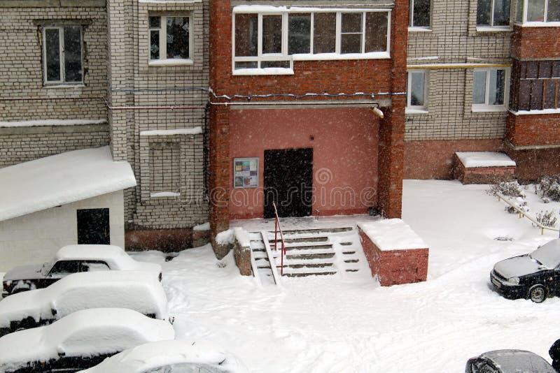 Nel cortile di un grattacielo tutto è coperto di neve dopo una bufera di neve fotografie stock libere da diritti