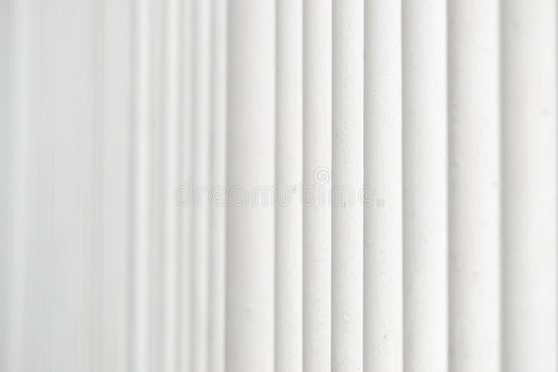 Nel fuoco selettivo una fila del recinto del metallo bianco per il contesto del fondo immagine stock libera da diritti