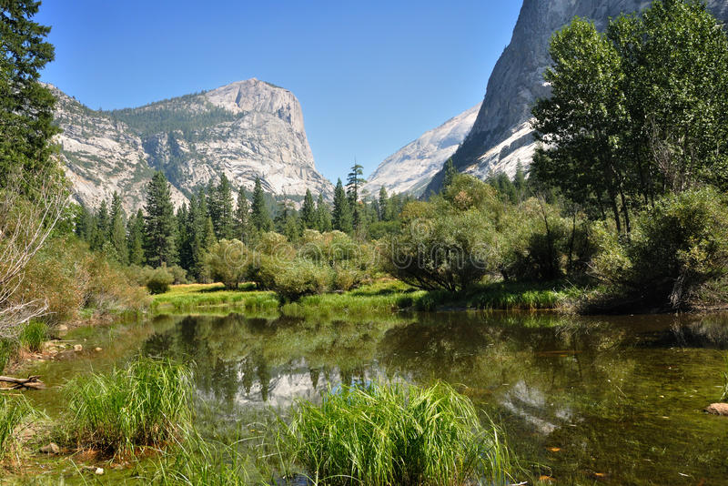 Nel lago mirror in Yosemite NP fotografia stock libera da diritti