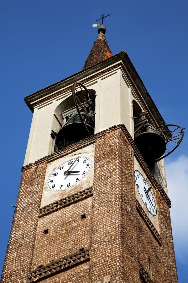 Nel mozzate vecchia Italia la parete ed il sole della campana della torre di chiesa fotografie stock libere da diritti