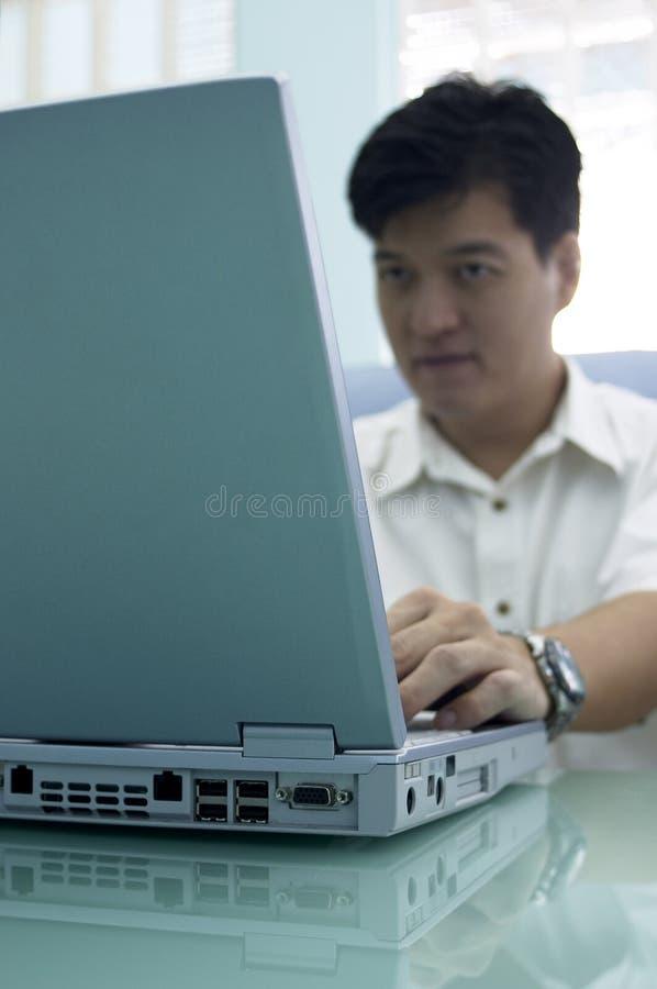Nel paese con un computer portatile/Ministero degli Interni fotografia stock