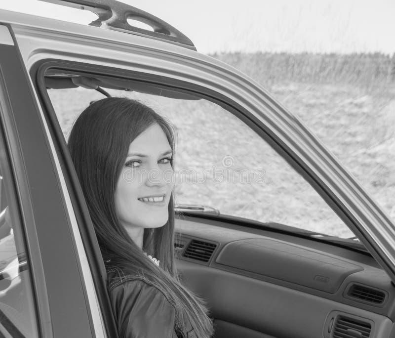Nel sedile del passeggero di un'automobile, bella signora, in bianco e nero fotografie stock libere da diritti