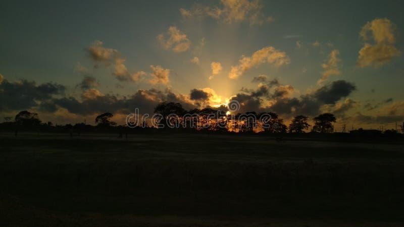 Nel tramonto di sera del cielo a piacevole di 6 del pomeriggio visto fotografia stock libera da diritti