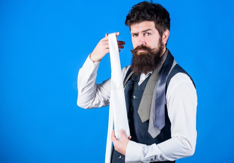 Nel vestirsi in cravatta del vestito aggiunga spesso il un poco di sapore all'attrezzatura globale Tipo con la barba che sceglie  fotografia stock