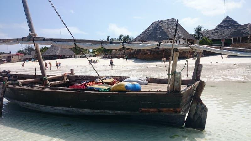 Nel villaggio di Nungwi nel Nord dell'isola di Zanzibar, i pescatori offrono un fermo, mentre il ristorante sulla spiaggia gentil fotografia stock libera da diritti