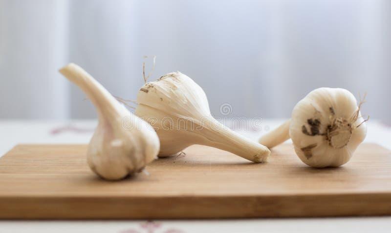 Nelken des Knoblauchs getrennt auf Weiß lizenzfreie stockfotografie