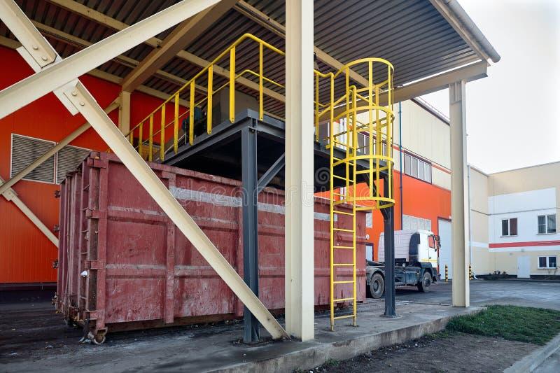 Nell'impianto di riciclaggio residuo moderno, processo di carico del garba ordinato fotografia stock libera da diritti