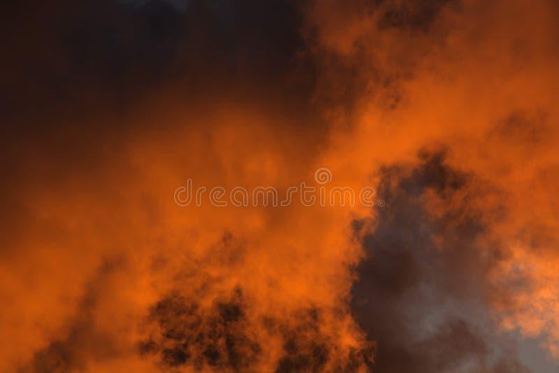 Nell'uguagliare c'erano nuvole arancio nel cielo fotografie stock