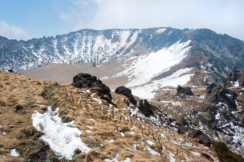 Nella cima del cratere vulcanico della montagna di Hallasan all'isola di Jeju immagini stock libere da diritti
