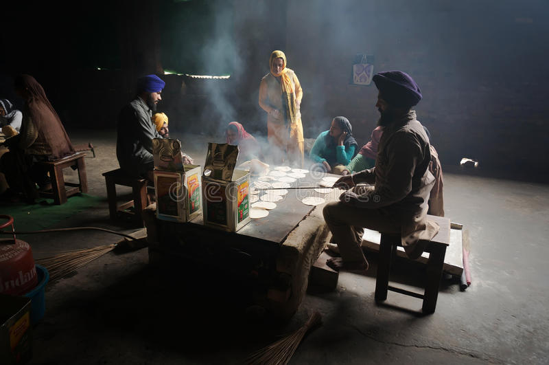 Nella cucina del tempio dorato, le donne cucinano, focaccia - pane indiano tradizionale fotografia stock libera da diritti