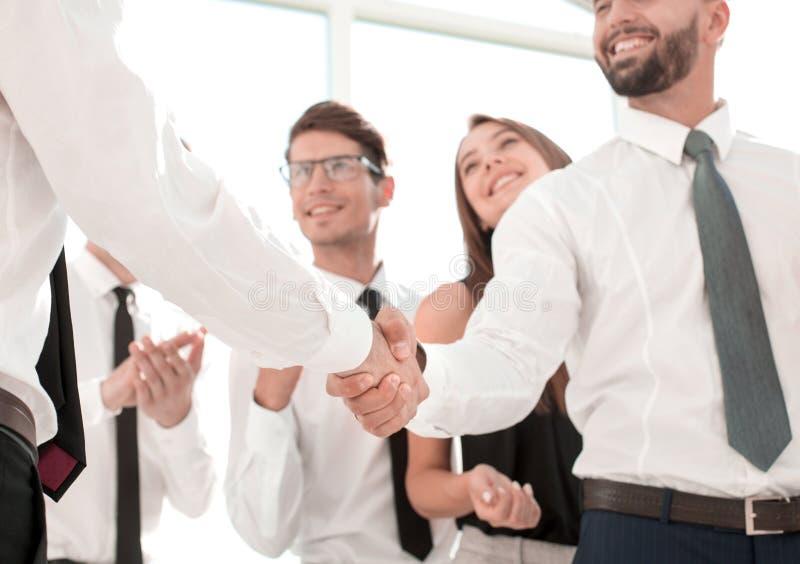 Nella priorità alta Gente di affari della stretta di mano nell'ufficio immagine stock