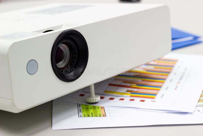 Nella sala riunioni, la preparazione per la riunione del proiettore e la foto riveste fotografia stock