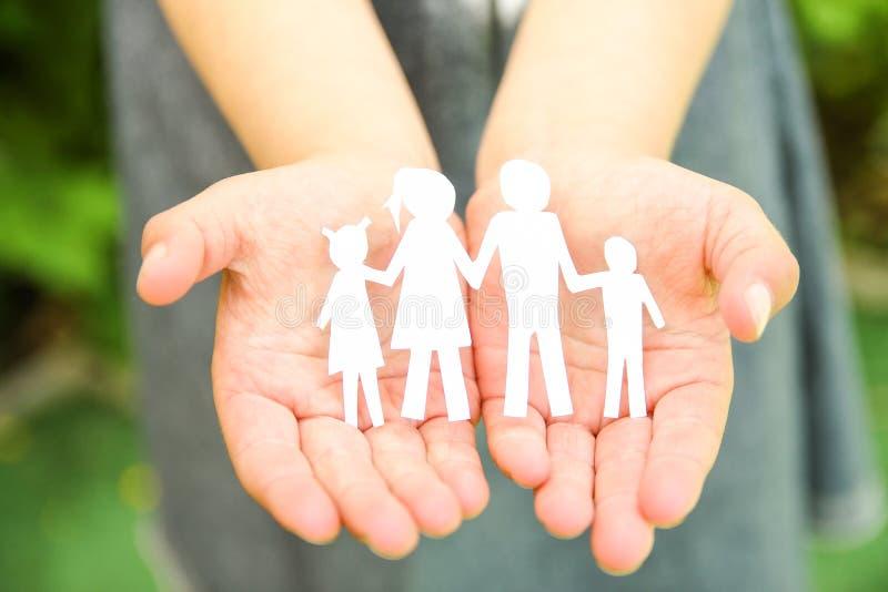Nelle mani della famiglia su un documento introduttivo immagine stock