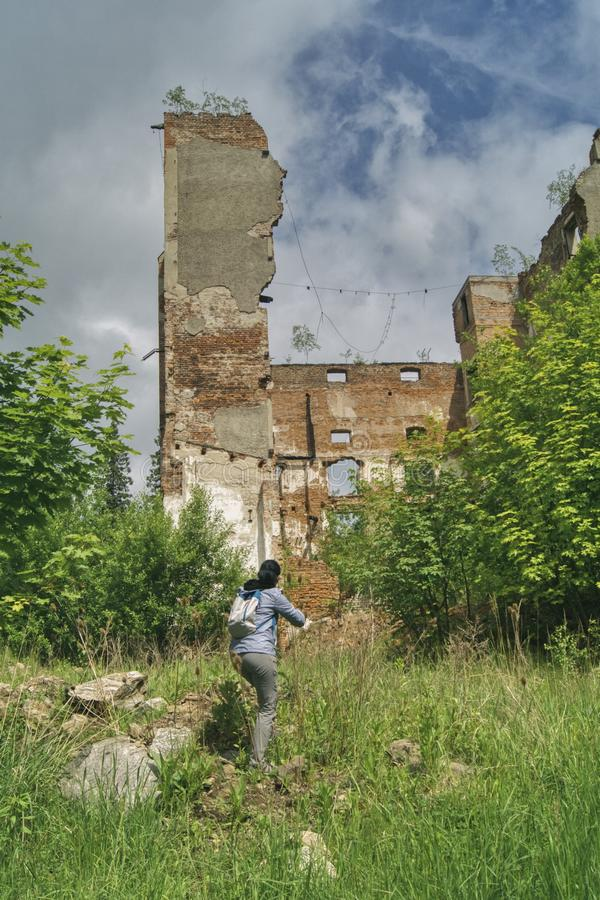 Nelle rovine di vecchia fabbrica fotografie stock