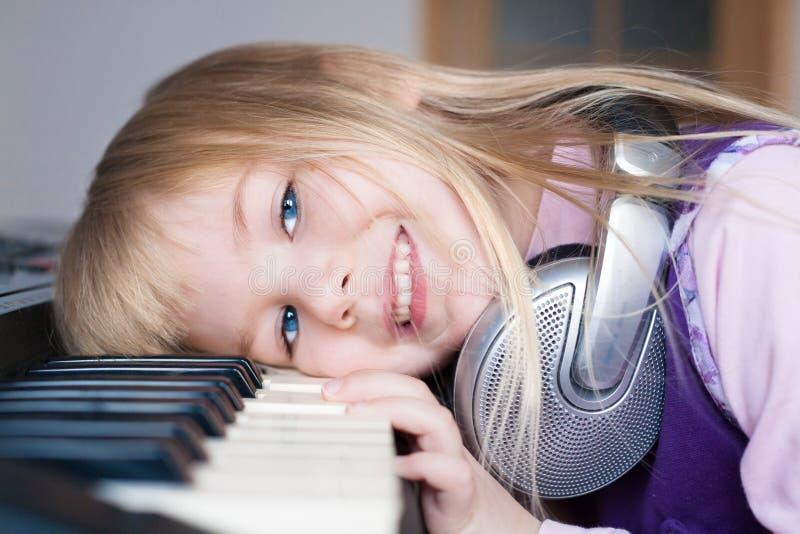 nelli Gezicht, hoofdtelefoons, piano! royalty-vrije stock fotografie