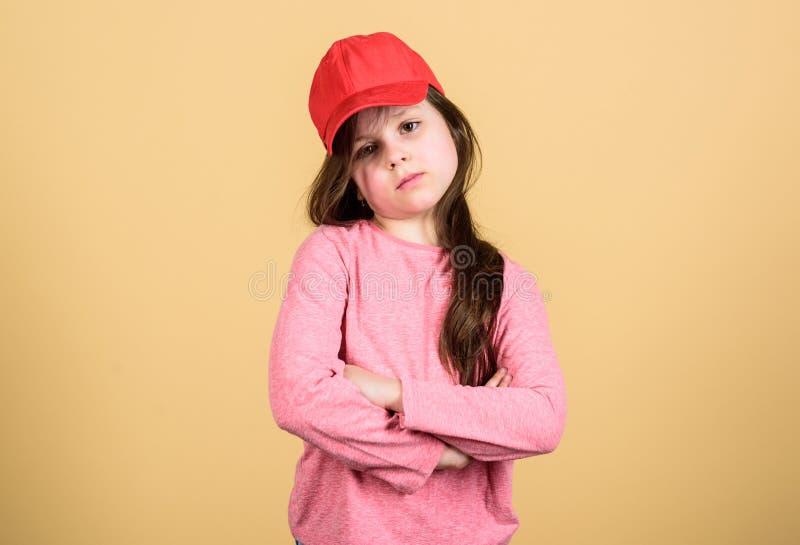 Nello stile tradizionale di streetwear Berretto da baseball d'uso del piccolo bambino adorabile nello stile casuale Bambina svegl fotografie stock