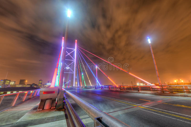 Nelson Mandela Bridge bij nacht - Johannesburg stock foto's