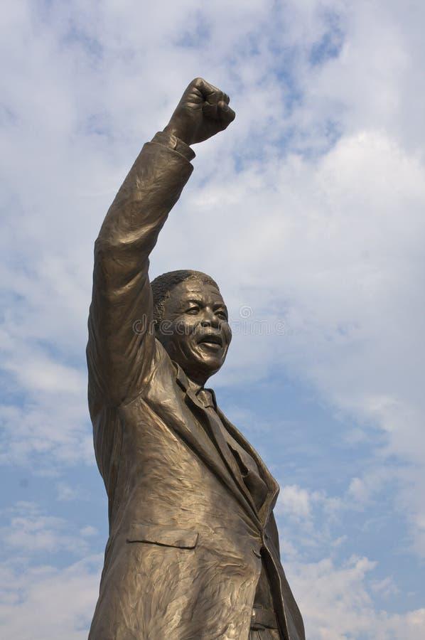 Nelson Mandela que celebra 20 años de libertad imagen de archivo