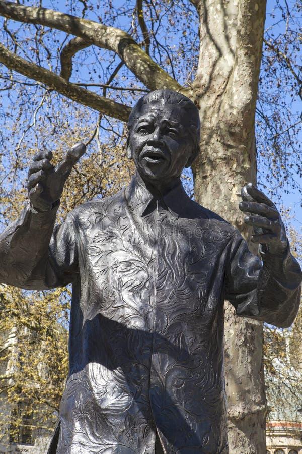 Nelson Mandela Statue i parlamentfyrkanten, London royaltyfria foton