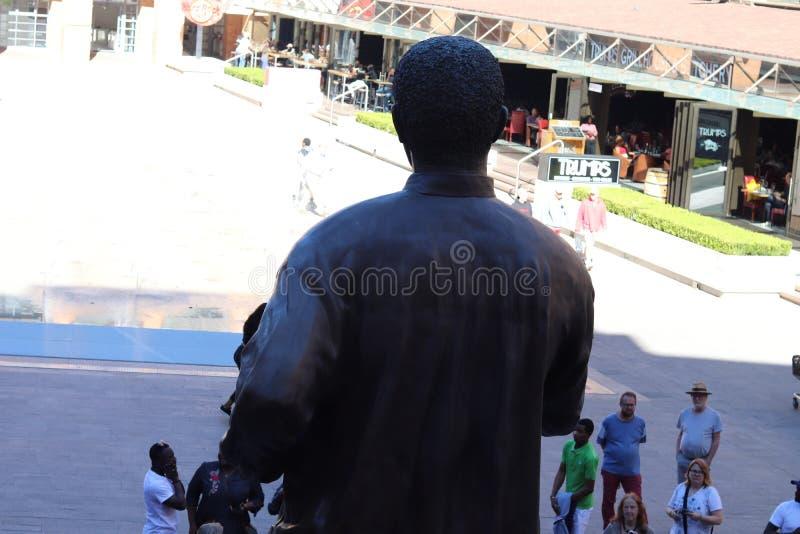 Nelson Mandela Statue From The indietro fotografie stock libere da diritti