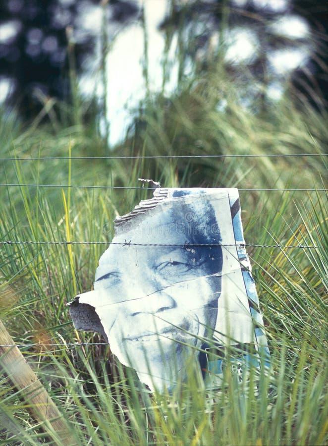 Nelson Mandelas enfrenta em um cartaz da eleição em África do Sul imagem de stock royalty free