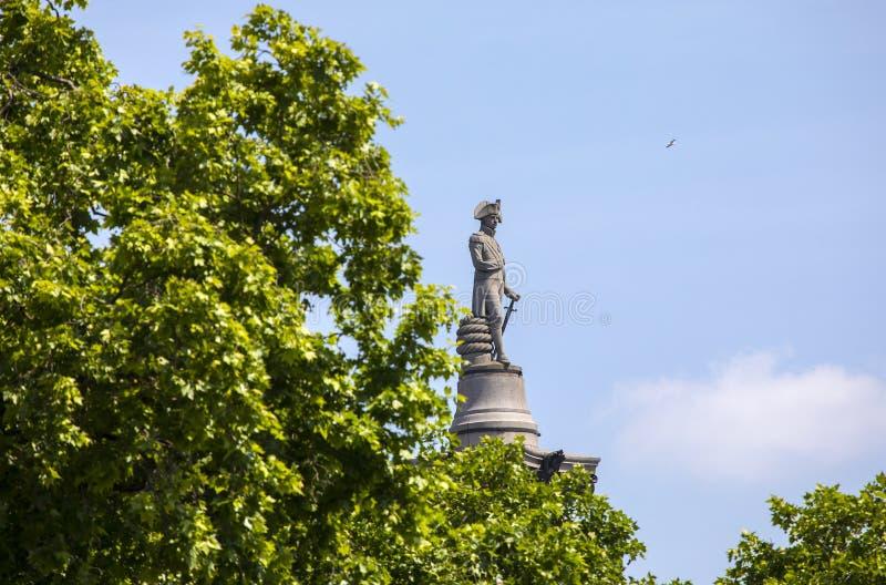 Nelson Statue överst av den Nelsons kolonnen i London royaltyfria foton