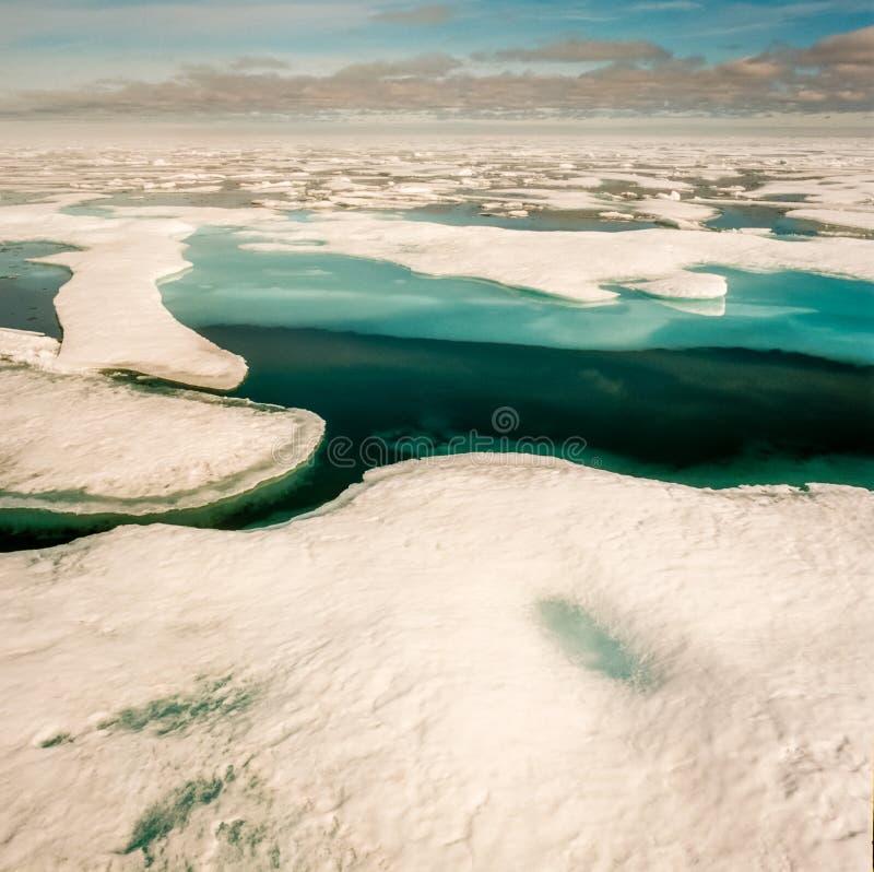 Nelts bleus profonds de glace de feuille dans l'Arctique photographie stock libre de droits