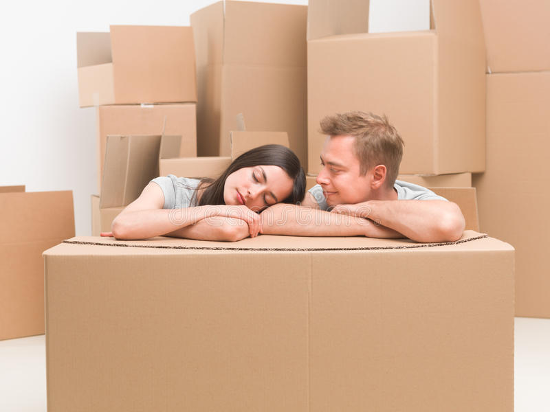 Nemend een onderbreking na het bewegen van huis stock afbeelding