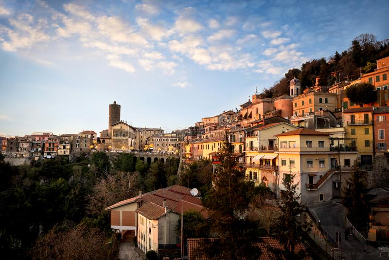 Nemi, vila bonita no lago na província de Roma, Lazio, Itália imagem de stock