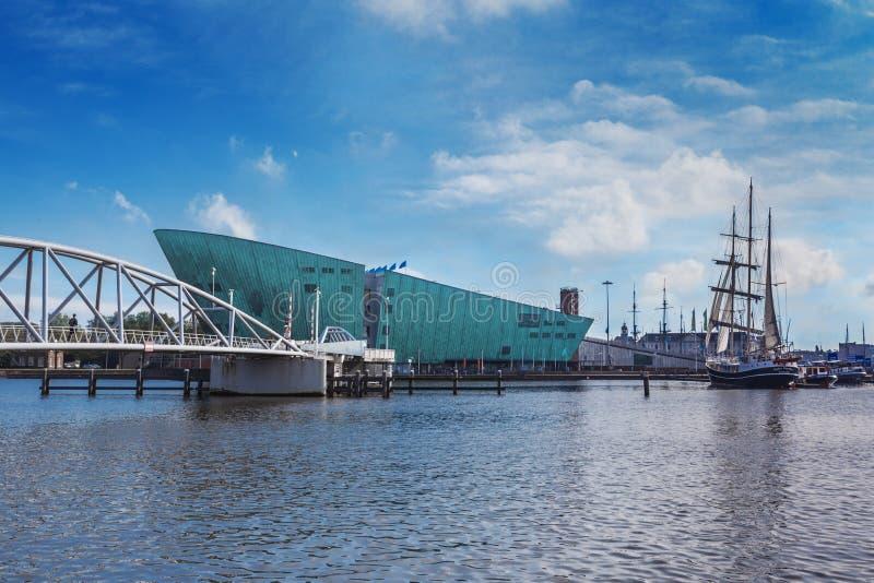 Nemo Museum e a ponte em Amsterdão fotografia de stock royalty free