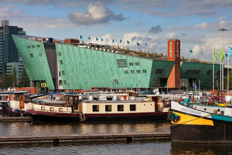 Nemo Science Center in Amsterdam stock foto's