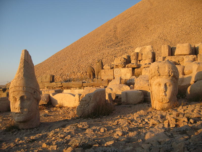 Nemrut Dagı Milli Parki, Mount Nemrut with ancient statues heads og the king anf Gods stock photography
