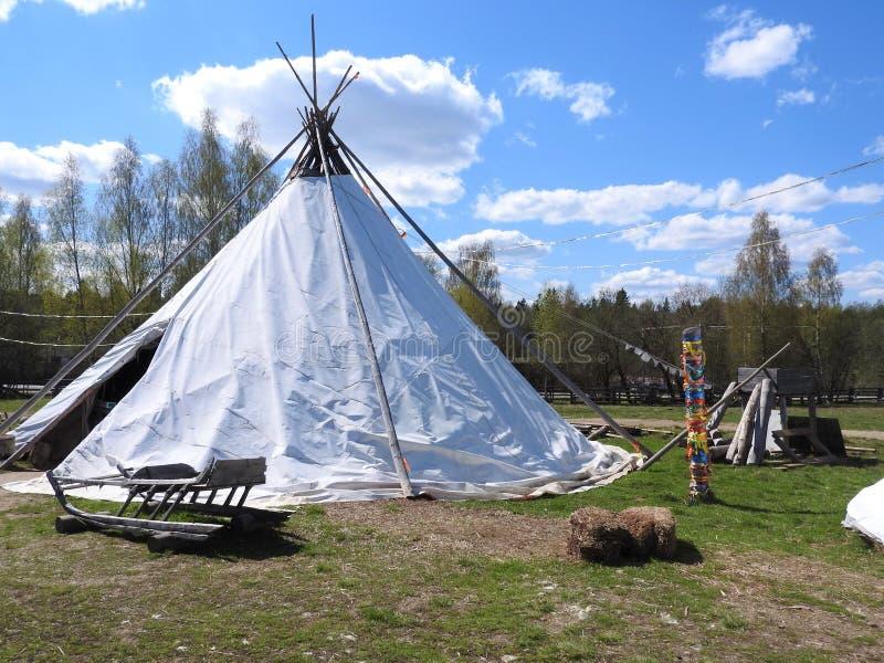 Nenets poganiacz bydła buda dla lata na łące na jasnym dniu, obrazy royalty free