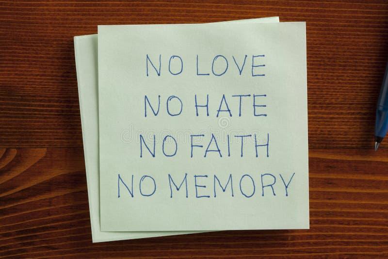 Nenhum amor, nenhum ódio escrito à mão em uma nota fotografia de stock royalty free