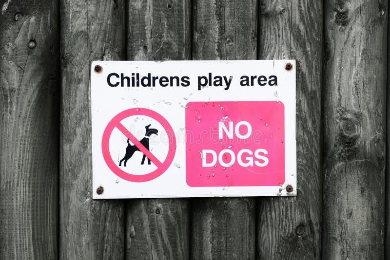 Nenhum cão nas crianças joga o sinal da área fotos de stock