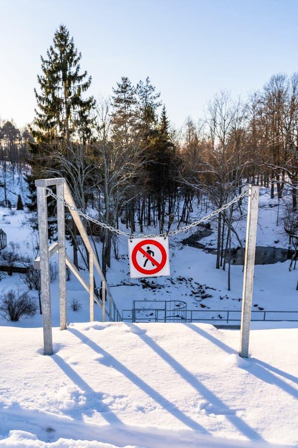 ' Nenhum entry' , ' Faça não enter' Assine dentro um parque em correntes do metal em Sunny Winter Day imagens de stock royalty free