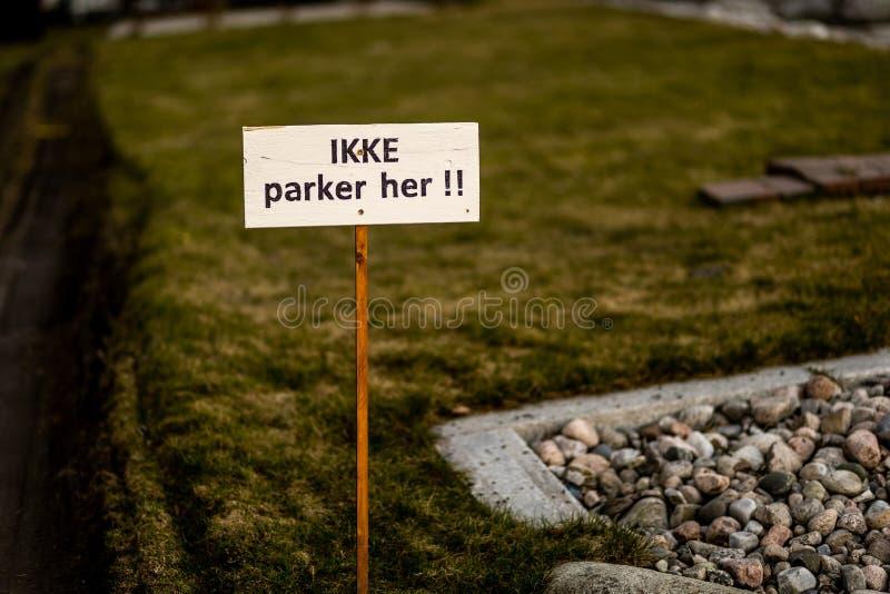 Nenhum estacionamento Sandefjord, Vestfold, Noruega - estraga 2019: monumento para marinheiros na frente do sjøman da igreja da  foto de stock royalty free