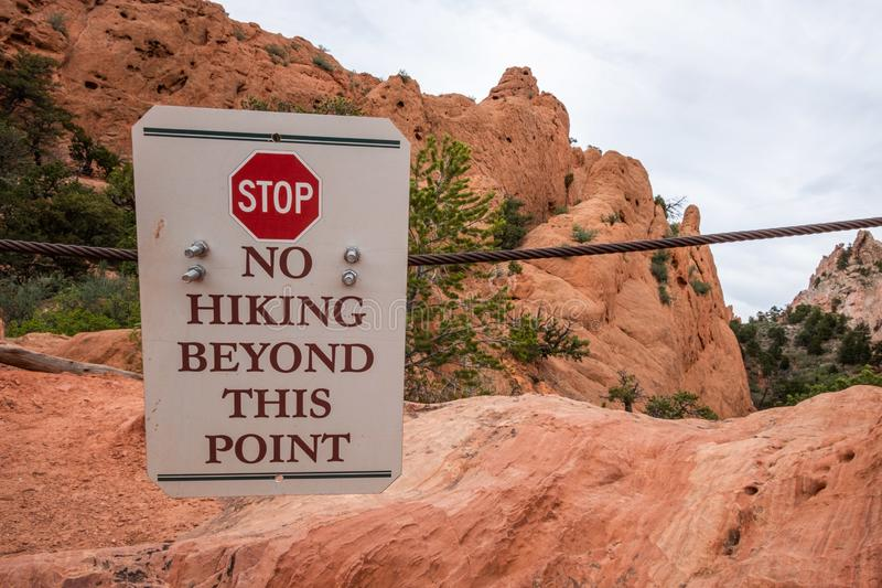 Nenhum jardim de caminhada do sinal do perigo das montanhas rochosas de Colorado Springs dos deuses fotos de stock