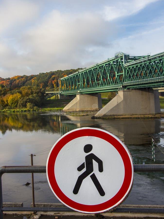 Nenhum sinal da entrada na frente da ponte de estrada de ferro velha do metal fotografia de stock royalty free