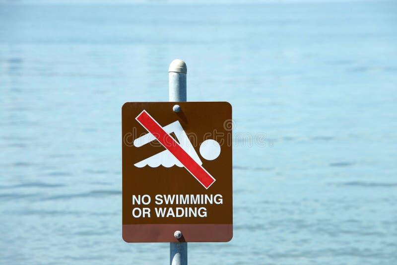 Nenhum sinal de aviso da natação ou vadear pelo lago fotos de stock royalty free