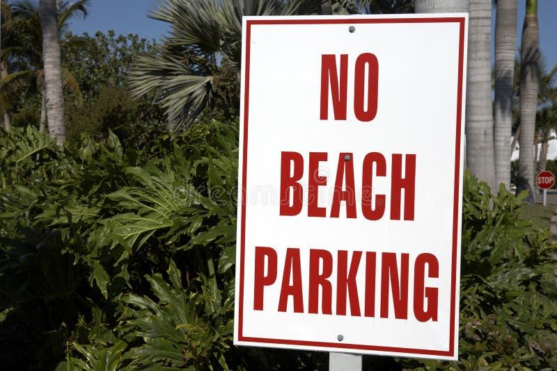 Nenhum sinal do estacionamento da praia fotos de stock royalty free