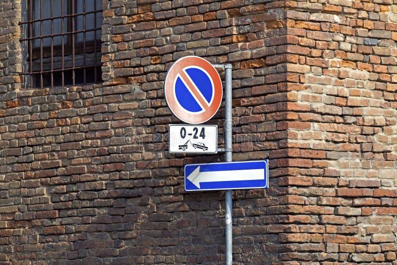 Nenhum sinal do estacionamento em uma parede de tijolo velha vignetted fotos de stock