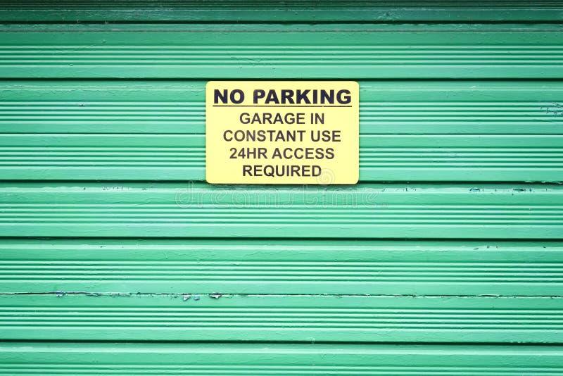 Nenhum sinal do estacionamento na porta verde do obturador do rolo fotos de stock royalty free